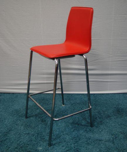 Barstol med kromat stativ och röd konstlädersits